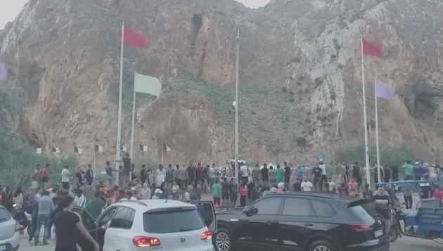 Marroquíes celebran el triunfo de Argelia en la frontera común cerca de Uchda