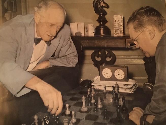 Hermann Helms, a la izquierda analiza una partida en 1950
