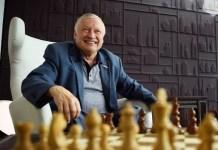 Karpov en Chartres con motivo del campeonato nacional de Francia de ajedrez.