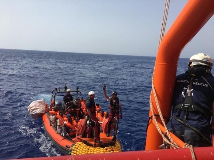 MSF/Avra Fialas: el equipo de rescate de SOS MEDITERRANEE lleva a un grupo de personas rescatadas de su barco en apuros al Océano