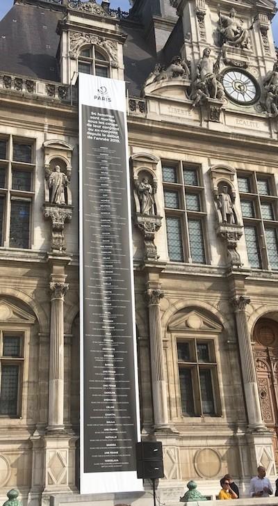 La alcaldía de París muestra en la fachada los nombres de las mujeres víctimas de feminicidio en 2019.