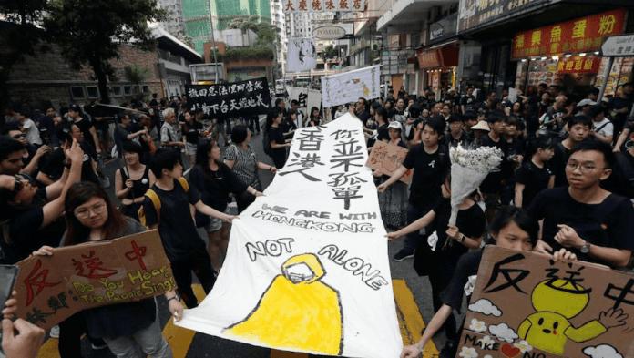 Manifestantes en Hong Kong muestran una pancarta denunciando los suicidios que se están produciendo por las carencias democráticas en la ciudad.