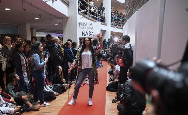 Moda y paz en Pazarela de exguerrileros de las FARC en Colombia