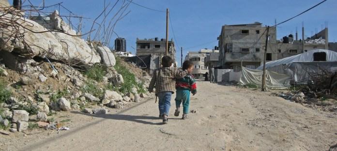 Banco Mundial / Natalia Cieslik: Dos niños caminan por la carretera en Gaza, donde la Agencia de Obras Públicas y Socorro de las Naciones Unidas para los Refugiados de Palestina (UNRWA) mantiene la asistencia alimentaria a más de un millón de refugiados palestinos.
