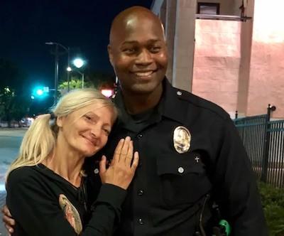 Emily Zamourka con agente policía