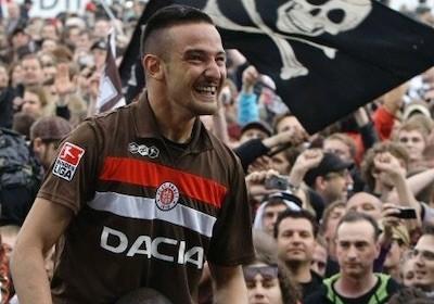 El jugador kurdo Deniz Naki, celebra con la afición del Sankt Pauli