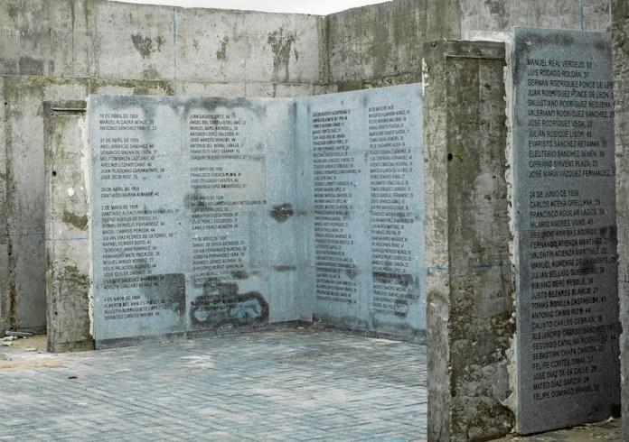 Placas de homenaje a los presos antifranquistas fusilados en las tapias del cementerio del Este )antiguo La Almudena) de Madrid