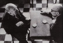 Borges junto a Sábato con un trasfondo ajedrezado