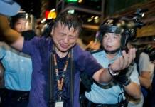 El periodista de Hong Kong, Ronson Chan, justo después de ser rociado con pimienta por la policía.