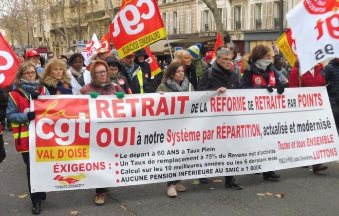 París 10DIC 2019: pancarta de la CGT con propuestas para obtener una pensión digna.