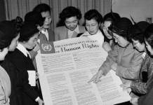 ONU Un grupo de mujeres japonesas observa la Declaración Universal de Derechos Humanos durante una visita a la sede provisional de las Naciones Unidas en Lake Success en febrero de 1950.