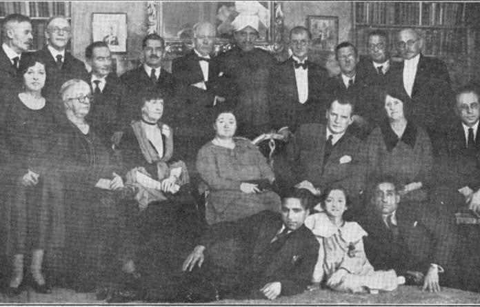 Histórica foto de 1932. Encuentro de ajedrecistas. Charles Wreford-Brown, arriba de pie es el cuarto desde la izquierda, con bigote. Se observa, entre otros, a Alekhine a su lado la campeona femenina, Vera Menchik, abajo tumbado Sultan Khan.