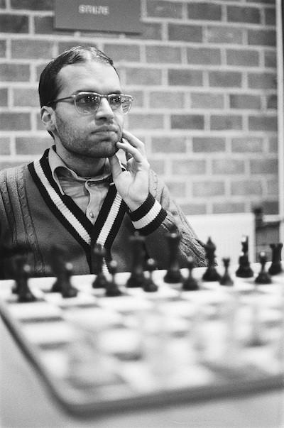 Mequinho ante un tablero en su mejor época como ajedrecista