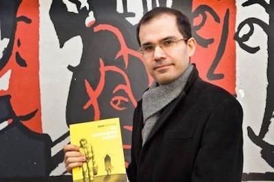 Nama Neyestani sostiene el libro 'Una metamorfosis iraní' durante el festival de comic de Angulema