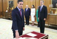 Pedro Sánchez promete el cargo de presidente del Gobierno sobre un ejemplar de la Constitución y sin símbolos religiosos