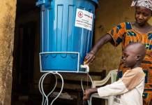 Una madre enseña a su hijo cómo lavarse correctamente las manos en el marco de un programa de prevención de enfermedades en Guinea Conakry. Foto: UNMEER/Martine Perret