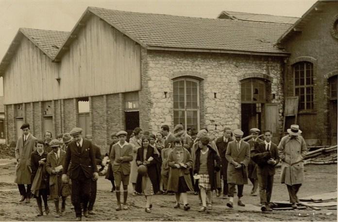 Profesores y alumnos del Instituto-Escuela en una visita a la fábrica de metales de Lugones, durante una excursión a Asturias y León en 1926. Residencia de Estudiantes, Madrid