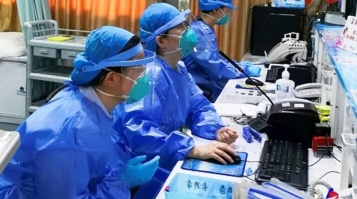 Man Yi: Enfermeras de la unidad de emergencias de un hospital de Shenzhen en China llevan mascarilla para protegerse del coronavirus