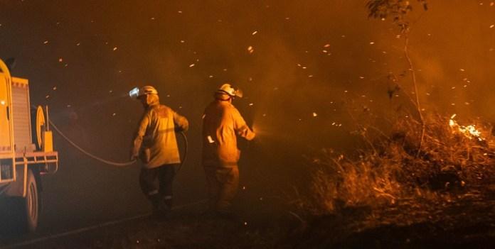 Queensland Fire and Emergency Services: Bomberos en Queensland, Australia, se enfrentan a un incendio