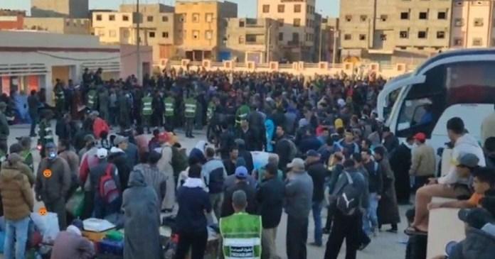 Estación de autobuses de Dajla repleta de personas que marchan hacia ciudades marroquíes.