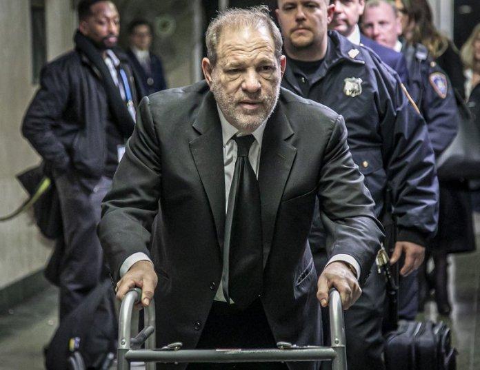 Harvey Weinstein con andador