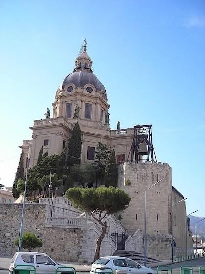 Bajo la campana, Torre octogonal del castillo Matagrifone, donde estuvo encerrada Macalda en Messina, hoy forma parte del conjunto de la iglesia de Cristo Rey