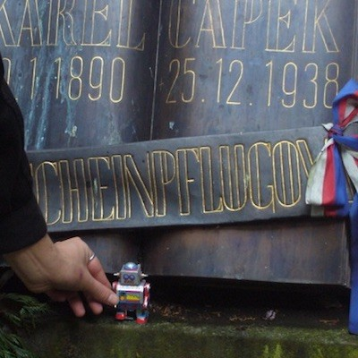 Un simbólico robot, homenaje ante la tumba del escritor en Praga