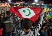 Protesta popular en Alhucemas izando la bandera de la efímera República del Rif