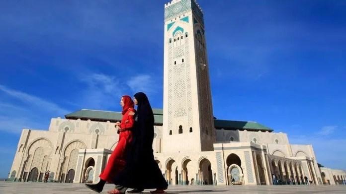 Dos mujeres pasan delante de la mezquita Hassan II de Casablanca