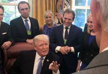 Ronnie Floyd, desde la izquierda, Rodney Howard-Browne, Adonica Howard-Browne, Johnnie Moore y Paula White están detrás del presidente Trump mientras habla con los líderes evangélicos el 10 de julio de 2017 en la Casa Blanca. (Foto del archivo de Johnnie Moore cedida a los medios)