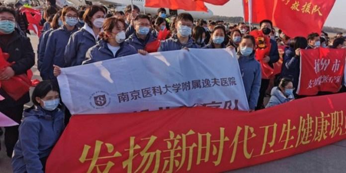 Una misión médica china, antes de partir hacia la provincia de Hubei. Foto: Lu Xiang/ONU