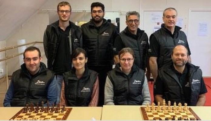 El equipo de USAM Brest. De pie, segundo de izquierda a derecha, con barba, Pouya Idani, a su lado a la derecha, Reza Salami. Sentada, segunda desde la izquierda, Mitra Hejazipour