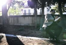 El escritor egipcio Alaa el Aswany en el patio de la Casa de los Astrónomos de Marsella.