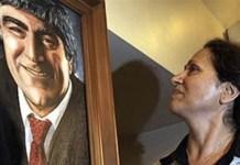 Rakel Dink mira un retrato de su difunto marido, el periodista Hrant Dink