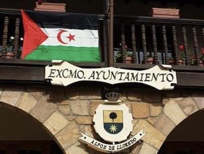 La bandera saharaui luce en el balcón del ayuntamiento español de Alfoz