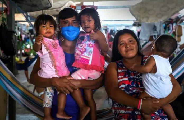 La familia Mata, de indígenas warao de Venezuela, en el albergue Pintolandia en Boa Vista, norte de Brasil. Dialisa, madre de tres niños, enfermó de covid-19 y se recuperó recientemente. © Allana Ferreira/Acnur