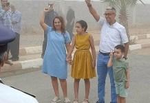 Mahdaoui saluda al salir de la prisión, acompañado de su mujer e hijos