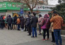Evitar que mucha gente deba ir a la calle a buscar el sustento cada día, y así frenar al coronavirus, es el logro que busca el PNUD al proponer entregar a los pobres de 132 países un ingreso básico temporal. © Li Zhang/ONU