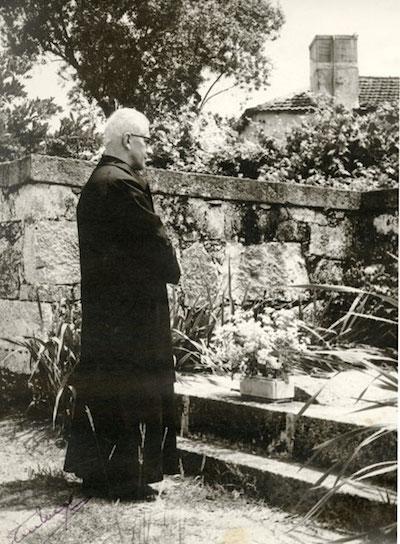 El obispo Antonio Ferreira ante la tumba de su madre, tras regresar del exilio