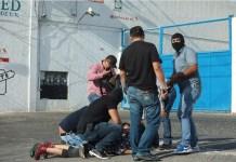 Policías reprimen a un manifestante durante una protesta en la ciudad de Guadalajara. © Félix Márquez/Pie de Página