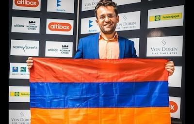 El ajedrecista Levon Aronian despliega la bandera de su país