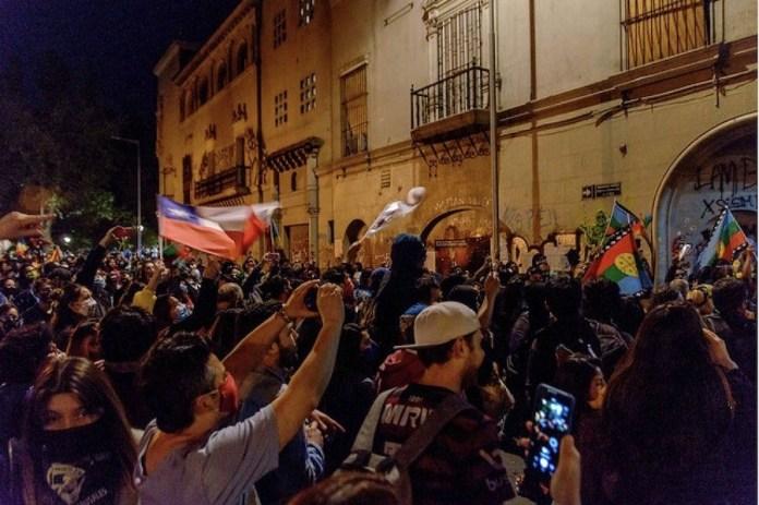 La población se lanzó a las calles la noche del 25 de octubre, en Santiago y otras ciudades de Chile, para festejar la aplastante aprobación de redactar una nueva Constitución. © Renato Pizarro IPS/Flickr