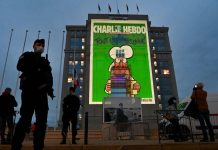 Portada de Charlie Hebdo proyectada en un edificio de Montpellier en Francia.