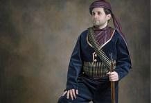Levon Aronian vestido con uniforme histórico armenio