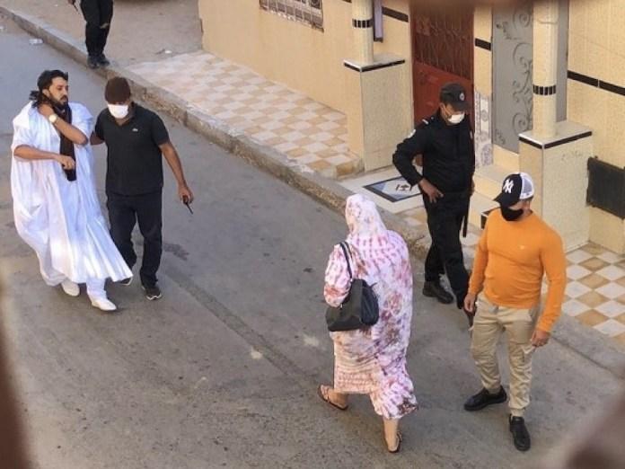 Ahmed Ettanji, a la izquierda, de blanco, escoltado por un policía