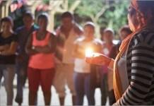 Líderes comunitarias rinden homenaje a activistas sociales asesinados en la región de Chocó, occidente de Colombia. La ONU insiste en que la seguridad de los ex combatientes es prioritaria para el éxito de los acuerdos de paz. © Melissa/ONU Colombia