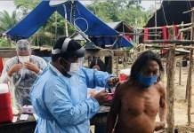 Un indígena es inmunizado en la aldea Mukuru, en el estado de Amapá, en el extremo noreste de Brasil, frontera con Guayana Francesa. Los indígenas están en el primer grupo de vacunados, como los médicos y enfermeras mayores de sesenta años, debido a su vulnerabilidad a la covid. © DefesaGovBr-Fotos Públicas