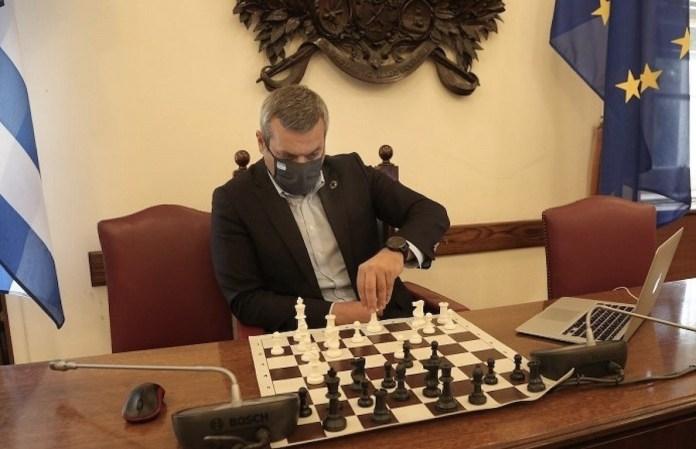 El diputado griego Haris Mamoulakis disputa su partida por vía digital en la sede del Parlamento griego.