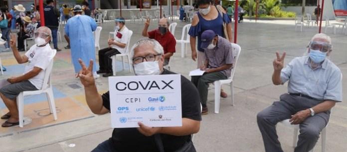 Personas de edad avanzada esperan para recibir la vacuna contra la covid-19 en un centro de vacunación en Lima. © José Vilca/Unicef