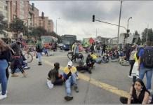 Manifestación antigubernamental en una calle de Bogotá. Las protestas se producen desde hace 17 días y relatores de la ONU y la OEA piden al gobierno colombiano una investigación exhaustiva e independiente sobre la muerte de decenas de manifestantes y otras violaciones de los derechos humanos. Foto: Jeimmy Celemín / ONU